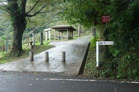 左に入ると崇徳天皇陵に続く500段の遍路道