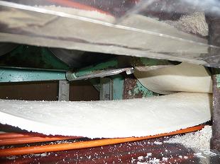 複合機の下・・・粗麺帯を2枚重ねにします(足踏み工程)。