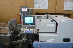 包装後は、金属探知機及びウエートチェッカーで検査します。
