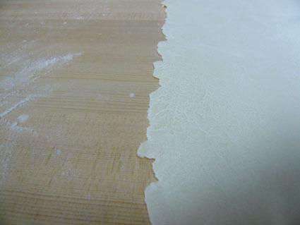 (画像⑤)生地温度が低いと、同じ小麦粉でもきれいに延びない。特にたんぱくの低い小麦粉は要注意。