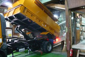 小麦の搬入・・・トラックで搬入するので当社は山工場になります。