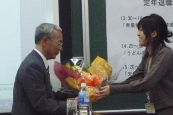花束贈呈。女性にもらうと嬉しそうです。