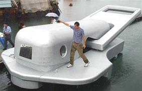 ファスナー船進水式(画像は産経新聞より)